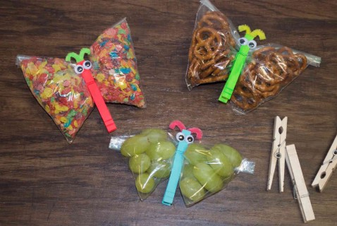 Liven up lunchtime with this easy to make butterfly snack bag. And with a little paint and different snacks, you can make an assortment of colorful butterflies. Coordinate the snack bags to school colors or the colors of your kid's favorite team.